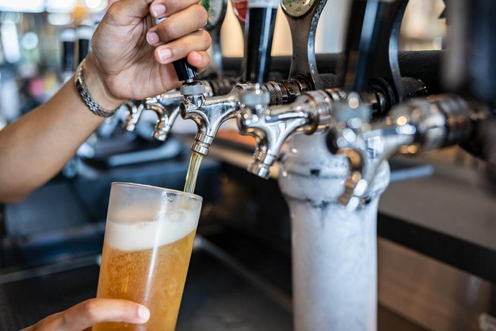 How to pour beer from a tap